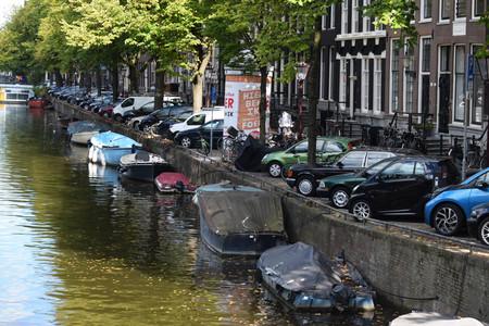 Ámsterdam tiene el aparcamiento en la calle más caro del mundo. Su otro arma contra el coche