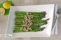 Espárragos verdes con queso de cabra y semillas crujientes. Receta
