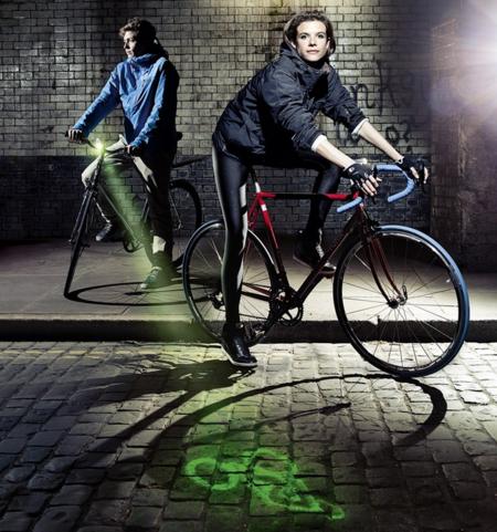 No es Batman en bicicleta, es una luz para evitar accidentes cuando vas en bici
