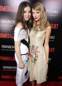 """Como princesas modernas: así asistieron Hailee Steinfeld y Taylor Swift al estreno de """"Romeo y Julieta"""""""