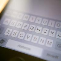 Presenta un informe científico escrito únicamente con las sugerencias del texto predictivo del iPhone... y se lo aceptan