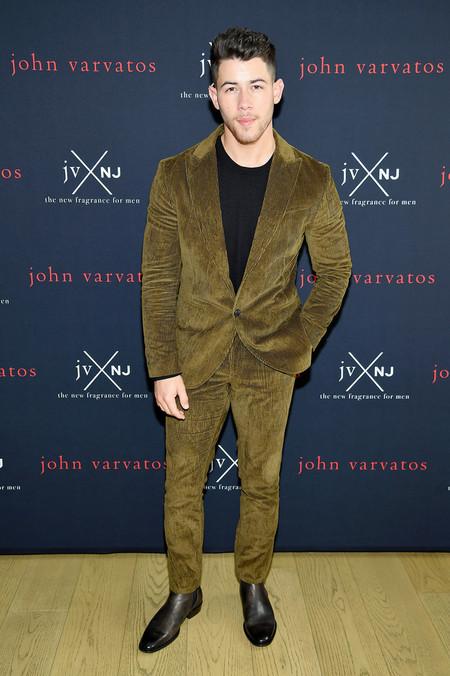 Nick Jonas Viste El Perfecto Color Para El Otono En El Lanzamiento De Su Nueva Fragancia Para John Varvatos
