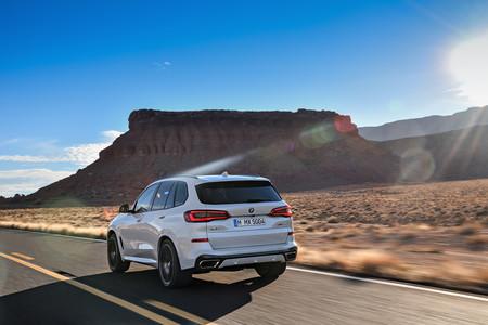 BMW X5 2019 trasera en carretera