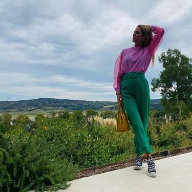 Amelia Bono apuesta todo al color con un jersey rosa, unos pantalones verdes y un bolso amarillo de Uterqüe
