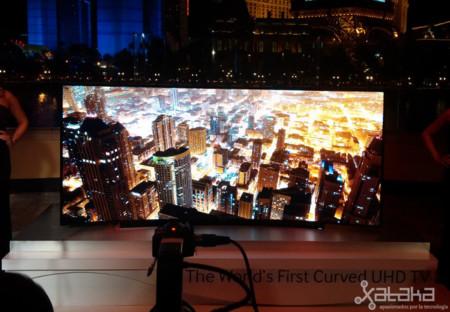 Samsung presenta en sociedad su televisor 4K curvo y su pantalla flexible para teles