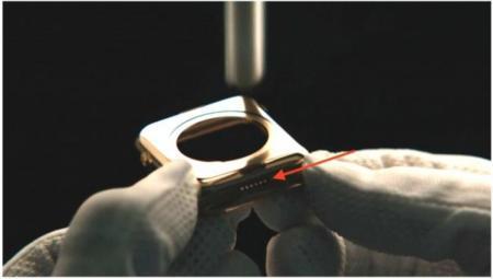 El puerto de diagnosis del Apple Watch esta ahí y se puede ver en los vídeos promocionales