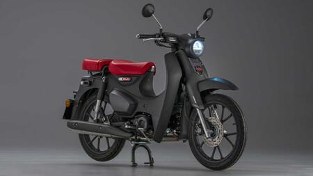 La icónica Honda Super Cub C125 estrena motor Euro 5 de casi 10 CV, nuevo color y asiento trasero, por 3.800 euros