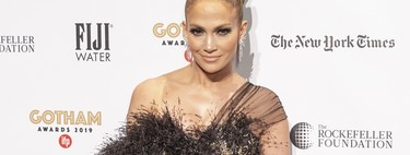 Solo Jennifer López podría salir airosa luciendo este vestido que suma plumas y transparencias