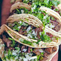 Tacos de lengua con salsa verde. Receta tradicional mexicana