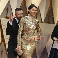 Jessica Biel se convierte en la mujer encadenada (y dorada) en los premios Oscar 2017