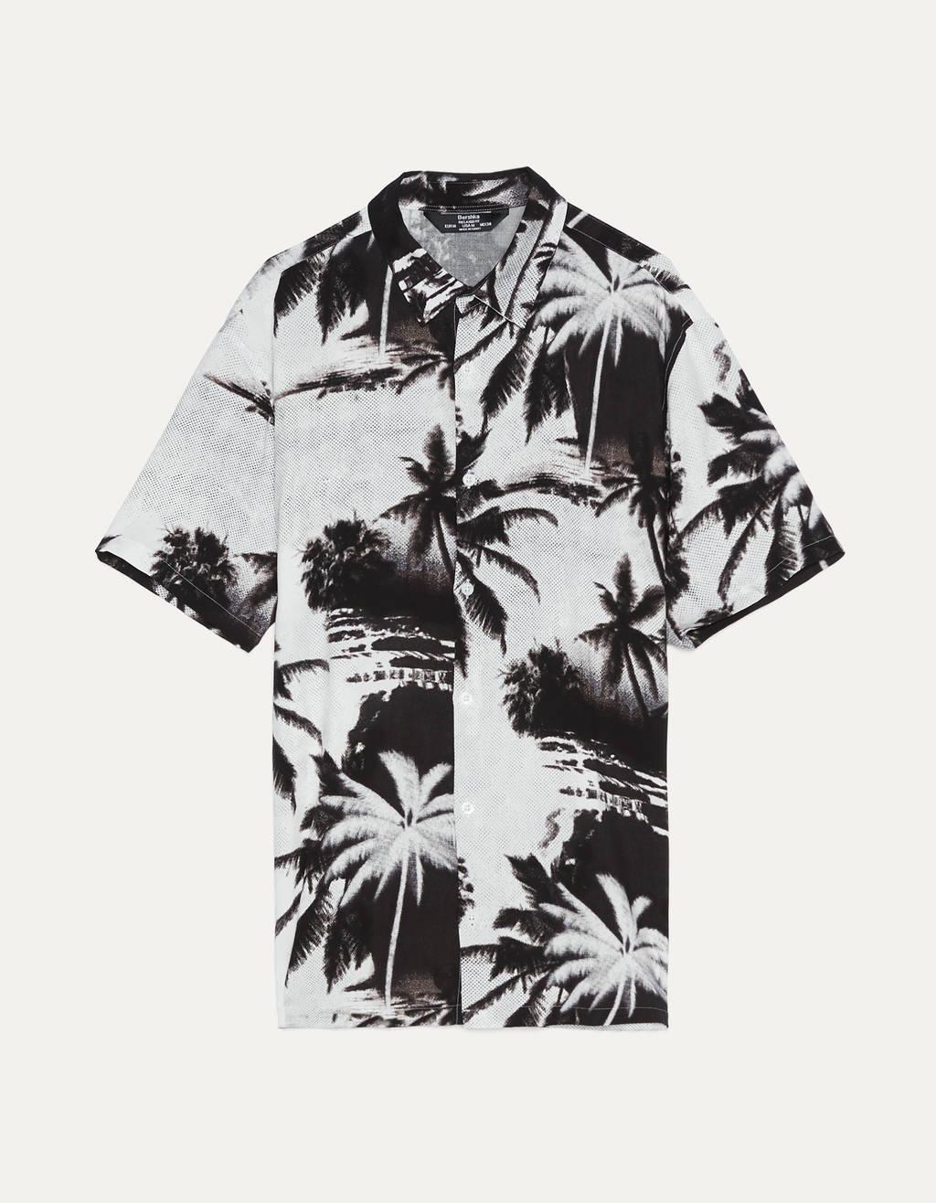 Camisa con estampado tropical.