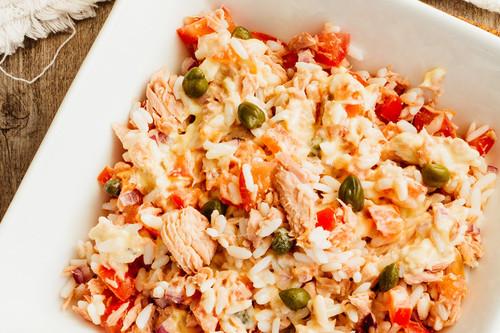 Ensalada de arroz y atún con aderezo de mayonesa y soya. Receta fácil