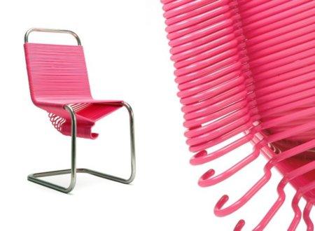 Una silla hecha con perchas