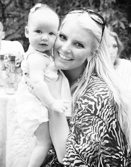 La hija de Jessica Simpson es clavadita, clavadita a su madre, ¡qué monada de niña!