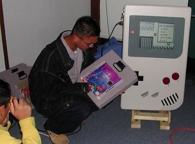 Game Man, la Game Boy antiportátil
