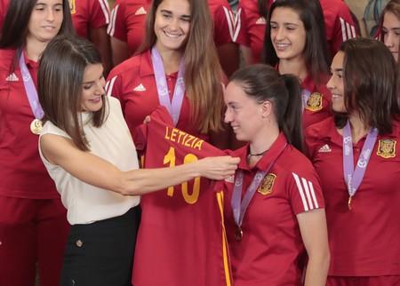 Doña Letizia presume de camiseta futbolera al recibir al equipo femenino con un look de lo más sobrio