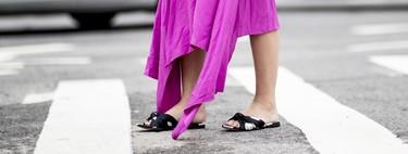 Las sandalias planas toman las calles, tú eliges si en versión ugly o en versión bonita