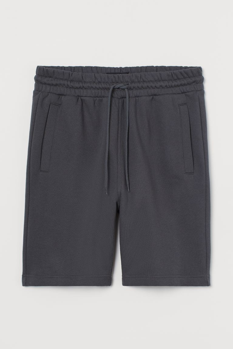 Pantalón corto en tejido sudadera de algodón y poliéster reciclado. Modelo con elástico revestido y cordón de ajuste en la cintura, bolsillos insertados al bies y bolsillo abierto detrás. Interior cepillado suave.
