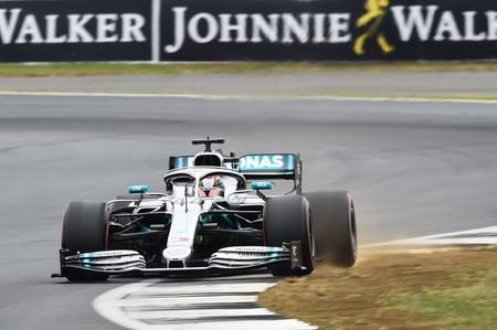 Lewis Hamilton aprovecha el oportuno Safety Car para ganar una espectacular carrera de Fórmula 1 de Silverstone