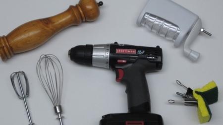 Usos alternativos del taladro en la cocina: mezclar, batir, condimentar y fregar los platos