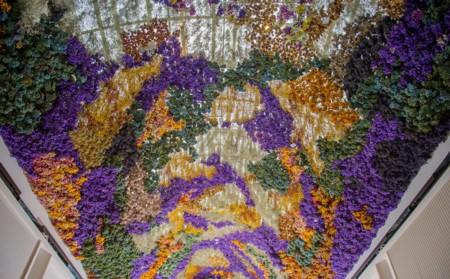 Rebecca Louise, la artista que crea ramos florales en el techo
