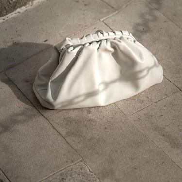 Clonados y pillados: el clutch más famoso de Bottega Veneta tiene más de un clon esta temporada