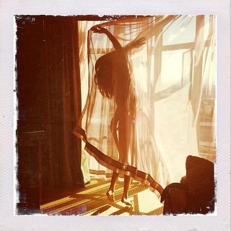 Ay Selena Gómez, ¿Quién fuera cortina para rozar tus senos?