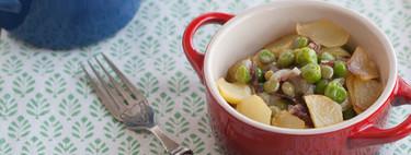 Guisantes frescos con jamón y patatas fritas, receta tradicional de toda la vida