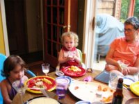 El ejemplo de los padres es crucial a la hora de educar a los hijos a comer bien
