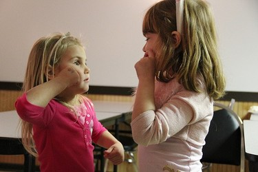 Niños sordos demandan que los dibujos animados incluyan lengua de signos