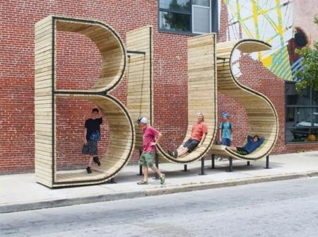 Con paradas divertidas y creativas como esta, da gusto hasta esperar el bus