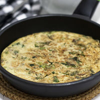 Renueva tu repertorio de recetas para la cena con esta tortilla de escarola. ¡Te sorprenderá!