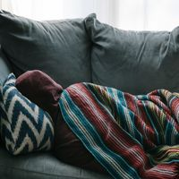 Dormir poco aumenta el riesgo de padecer Alzheimer: la causa es la liberación de proteína tau