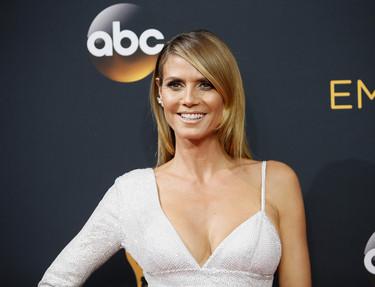 Las asimetrías y los brillos se vuelven a convertir en los protagonistas del vestido de Heidi Klum en los Emmy 2016