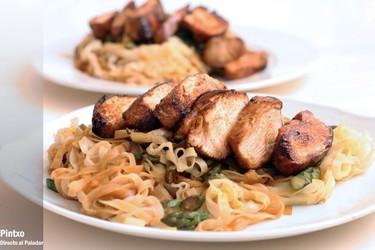 Receta de noodles de arroz con espárragos y pollo
