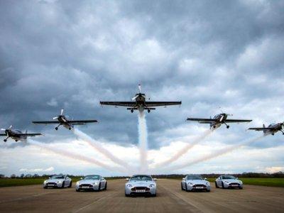 Así se entregaron los Aston Martin V8 Vantage S Blades Edition, con vuelos acrobáticos incluídos