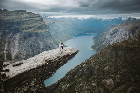 Una sesión en los fiordos noruegos por Priscila Valentina Photography: cuando la fotografía de bodas se convierte en una aventura
