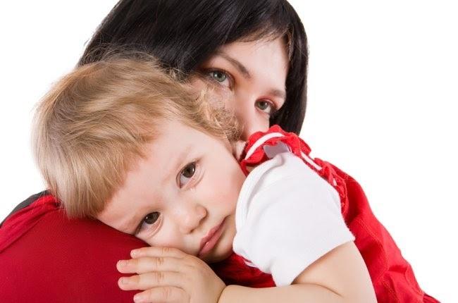 mamá e hijo llorando la pérdida