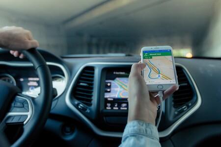 """Google Maps y Waze en el punto de mira: la DGT plantea """"dificultar o limitar"""" los 'chivatazos' sobre controles y radares"""
