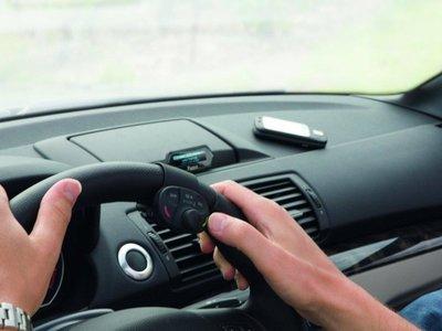 Por mucho que esté permitido, hablar mediante el manos libres mientras conducimos también despista