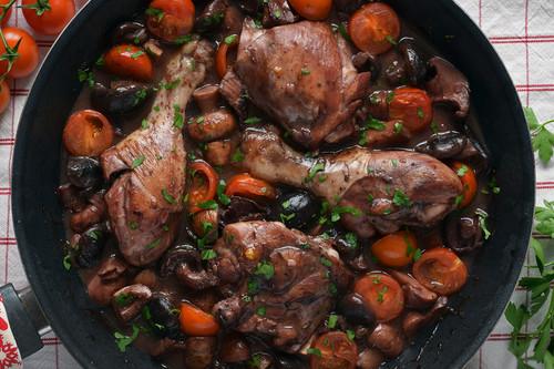 Cómo hacer pollo marsala con setas y tomatitos: receta italoamericana de pollo guisado al vino