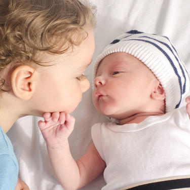 Siete cosas que deberías hacer cuando visites a un niño que acaba de convertirse en hermano mayor