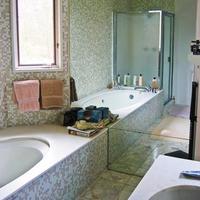 Una buena idea: Un espejo para hacer más grande el baño
