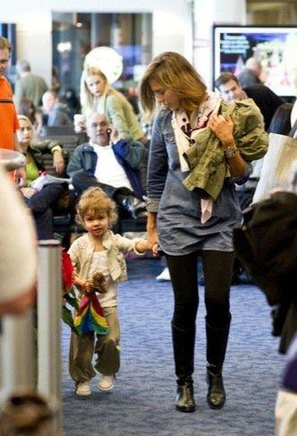 Duelo de estilos en looks de calle: Rachel Bilson VS. Jessica Alba, estilo en el aeropuerto