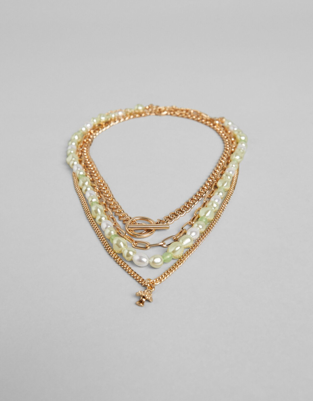 Set de cuatro collares dorados y con perlas