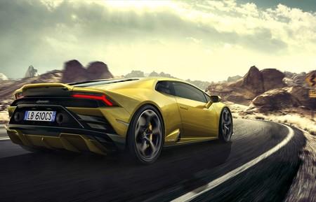 Un niño pequeño conduce solo el coche de sus padres para ir a comprar un Lamborghini