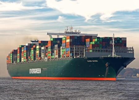 Este gigantesco buque de carga se ha quedado atascado en el Canal de Suez, bloqueando el tráfico entre el Mediterráneo y el Mar Rojo