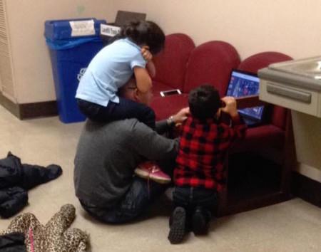 No tuvo otra opción que llevar a sus hijos a un examen y al salir se encontró esta escena con su profesor