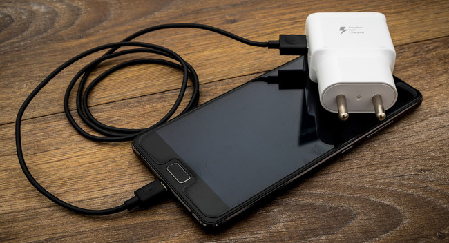 Un nuevo estudio nos recuerda el peligro de cargar el móvil en lugares públicos