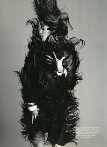 Foto de Julia Restoin-Roitfeld en el editorial de abril de Harper's Bazaar UK (12/12)
